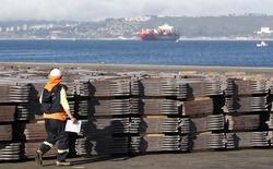 Un trabajador portuario revisa un cargamento de cátodos de cobre listos para ser exportados a Asia en Valparaíso, Chile, 25 de enero de 2015. La actividad económica en Chile habría crecido un 2,2 por ciento en septiembre, un desempeño ligeramente mayor que en meses recientes, tras cifras de manufacturas y minería mejores a las previstas, mostró un sondeo de Reuters el jueves. REUTERS/Rodrigo Garrido