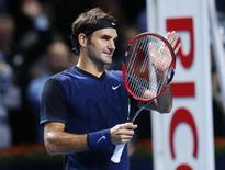 Tenista suíço Roger Federer comemora vitória sobre o alemão Philipp Kohlschreiber na Basileia, Suíça, nesta quinta-feira. 29/10/2015 REUTERS/Arnd Wiegmann