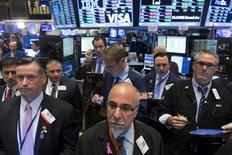 Operadores trabajando en la Bolsa de Nueva York, 29 de octubre de 2015. Wall Street operaba estable el viernes en el último día de operaciones del que podría ser el mejor mes para las acciones en cuatro años, en momentos en que los inversores evaluaban un dato de gasto del consumidor en Estados Unidos y los resultados de grandes empresas de energía. REUTERS/Brendan McDermid