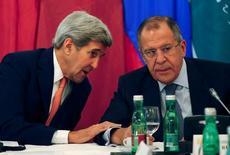 U.S. Secretary of State John Kerry (L) talks to Russian Foreign Minister Sergey Lavrov during a photo opportunity before a meeting in Vienna, Austria, October 30, 2015. REUTERS/Leonhard Foeger - RTX1TXEH