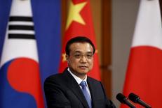 """El primer ministro chino, Li Keqiang, habla durante una conferencia de prensa después de la cumbre trilateral en Seúl. 1 de noviembre, 2015.   REUTERS/Kim Hong-Ji  China está comprometida a hacer reestructuraciones y reformas y el consumo tiene """"mucho margen"""" para crecer, dijo el domingo el primer ministro Li Keqiang, rechazando los temores de que la segunda economía más grande del mundo esté en riesgo de sufrir un aterrizaje forzoso."""