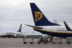 Ryanair relève sa prévision de trafic passagers et table désormais sur 105 millions de personnes, au lieu de 104 millions, au cours de l'exercice clos en mars. /Photo d'archives/REUTERS/Andrew Yates