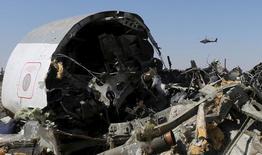 Место крушения российского авиалайнера близ египетского города Эль-Ариш 1 ноября 2015 года. Российский авиалайнер, упавший в Египте на Синайском полуострове в субботу, взорвался в воздухе, сообщило базирующееся в Москве авиационное агентство после изучения места катастрофы, но подчеркнуло, что выводы делать рано. REUTERS/Mohamed Abd El Ghany