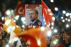 Люди с флагами и портретами президента Тайипа Эрдогана ждут прибытия премьер-министра Ахмета Давутоглу в Анкару 2 ноября 2015 года. Умеренно-исламистская Партия справедливости и развития (ПСР) одержала неожиданную победу на выборах в воскресенье, вернув Турцию к однопартийному правлению. Такой исход укрепит власть президента Тайипа Эрдогана, однако может обострить социальные противоречия в стране. REUTERS/Umit Bektas