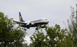 Самолет Ryanair садится в Манчестере 26 мая 2015 года. Ирландская авиакомпания Ryanair повысила годовой прогноз прибыли в понедельник благодаря увеличению заполняемости самолетов. REUTERS/Andrew Yates