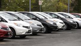 Машины Nissan в дилерском центре в Брумфилде, Колорадо 1 октября 2014 года. Японский автоконцерн Nissan Motor Co Ltd увеличил прогноз годовой операционной прибыли на 8 процентов после того, как его результаты за второй квартал финансового года превысили прогнозы аналитиков за счет хороших продаж в Северной Америке. REUTERS/Rick Wilking