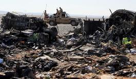 Обломки российского авиалайнера близь города Эль-Ариш в Египте 1 ноября 2015 года. Российский авиалайнер, упавший в Египте на Синайском полуострове в субботу, не получал удара извне, а капитан судна не подавал сигнал бедствия, сообщил источник в египетской следственной группе, занимающейся расшифровкой черных ящиков разбившегося воздушного судна. REUTERS/Mohamed Abd El Ghany