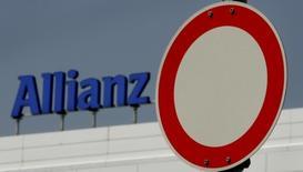 Дорожный знак на фоне логотипа Allianz AG на штаб-квартире компании в Мюнхене 22 июня 2006 года. Немецкая страховая компания Allianz сообщила в понедельник, что являлась главным перестраховщиком разбившегося в Египте российского авиалайнера, главным страховщиком был российский Ингосстрах. REUTERS/Alexandra Winkler
