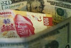 Una ilustración fotográfica que muestra un billete de 100 pesos mexicanos junto a billetes de 20 dólares estadounidenses, en Ciudad de México, 10 de marzo de 2015. Las monedas de América Latina comenzarían noviembre sin mayores sobresaltos, por la decisión de la Reserva Federal de Estados Unidos de esperar para subir la tasa de interés y por la fuerte incursión de Brasil en el mercado de futuros del real a fin de asegurar que la moneda siga bajo la marca de 4 por dólar. REUTERS/Edgard Garrido