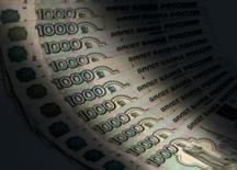 """1000-рублевые банкноты. Москва, 17 февраля 2014 года. Российский Центробанк называет свою денежно-кредитную политику """"умеренно жесткой"""" и отрицает наличие ориентиров по курсу рубля для выхода на рынок с покупками валюты. REUTERS/Maxim Shemetov"""