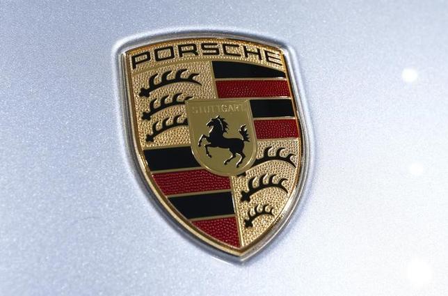 11月2日、米当局はVWの排ガス試験不正問題で、傘下の高級車ブランドでも違法ソフトが見つかったと明らかにした。写真はポルシェ車のロゴマーク。シュトゥットガルトで5月撮影(2015年 ロイター/Ralph Orlowski)