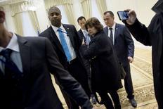 Журналиста американского пула выводят из зала в Дворце форумов в Самарканде. 1 ноября 2015 года. Госдепартамент США изучает происшествие, имевшее место в ходе встречи Джона Керри с лидером Узбекистана, когда американского журналиста выпроводили из комнаты, как только он выкрикнул вопрос. REUTERS/Brendan Smialowski/Pool