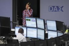 Трейдеры на торгах фондовой биржи во Франкфурте-на-Майне 24 июля 2012 года. Европейские фондовые рынки в основном снижаются за счет акций Volkswagen, которые падают на фоне нового этапа скандала, связанного с выбросами дизельных двигателей. REUTERS/Alex Domanski
