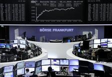 Operadores trabajando en la Bolsa de Fráncfort, Alemania, 2 de noviembre de 2015. Las bolsas europeas caían el martes, arrastradas por el desplome de valores como el banco británico Standard Chartered y  la automotriz Volkswagen. REUTERS/Staff/remote