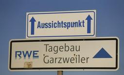 """Указатель на """"смотровую площадку"""" у шахты  RWE близ Кёльна 12 декабря 2013 года. Немецкая компания RWE может разделить бизнесы, если оптовые цены на электроэнергию продолжат падение, поскольку сокращения расходов может быть недостаточно, чтобы восстановить позиции немецкого энергетического концерна на рынке, сказал глава RWE.   REUTERS/Wolfgang Rattay"""