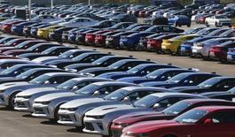 Unos vehículos Camaro de Chevrolet en la planta de ensamblaje Lansing en Lansing, EEUU, oct 26, 2015. La industria automotriz de Estados Unidos está en vías de registrar ventas récord este año, dijo el martes General Motors, luego de que la mayor fabricante de vehículos del país y sus rivales reportaran ingresos en octubre que superaron las expectativas con creces. REUTERS/Rebecca Cook