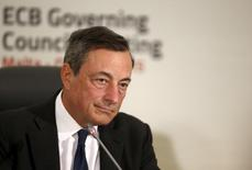El presidente del Banco Central Europeo, Mario Draghi, en una conferencia de prensa en Malta el 22 de octubre de 2015. La zona euro debe introducir un esquema único para proteger a los ahorristas en toda la zona euro, dijo el miércoles el presidente del Banco Central Europeo, que agregó que la ausencia de una reforma de este tipo socavaba a la unión monetaria. REUTERS/Darrin Zammit Lupi