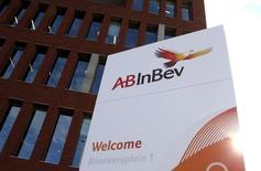 El logo de Anheuser-Busch InBev, fotografiado afuera de la sede de la cervecera en Leuven, Bélgica, 27 de octubre de 2015. La cervecera SABMiller Plc extendió una semana más el plazo para que su rival Anheuser-Busch InBev haga una oferta formal de adquisición por más de 100.000 millones de dólares, para poder confirmar así el respaldo de los accionistas al acuerdo. REUTERS/Francois Lenoir