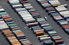 Semirremolques de camiones vistos en el puerto de Long Beach, California, 5 de agosto de 2015. El déficit comercial de Estados Unidos se redujo en septiembre a su menor nivel en siete meses por un rebote de las exportaciones, una señal provisoria de que la peor parte del lastre causado por el fortalecimiento del dólar podría haber terminado. REUTERS/Mike Blake