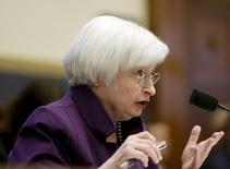 La présidente de la Réserve fédérale américaine, Janet Yellen, a clairement laissé entendre mercredi que la banque centrale pourrait entamer le mois prochain le relèvement de ses taux d'intérêt, tout en évoquant une remontée lente afin de ne pas compromettre la reprise économique. /Photo prise le 4 novembre 2015/REUTERS/Gary Cameron