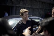 """Ator norte-americano Willem Dafoe acena a fãs antes da sessão de fotos do filme """"Pasolini"""", no Festival de San Sebastian, na Espanha, no ano passado. 21/09/2014 REUTERS/Vincent West"""