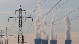 Centrale nucléaire d'EDF à Dampierre-en-Burly. Le chiffre d'affaires de l'électricien français a augmenté de 2,8% au titre des neuf premiers mois de 2015, porté notamment par une bonne performance en France et un effet de change favorable. Le groupe a confirmé ses objectifs annuels. /Photo prise le 8 mars 2015/REUTERS/Christian Hartmann