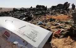 """Обломки упавшего в Египте российского самолета. 1 ноября 2015 года. Имеющиеся свидетельства наводят на мысль, что причиной катастрофы российского лайнера над египетским Синаем была бомба, подложенная боевиками """"Исламского государства"""", сообщили источники в спецслужбах США и Европы. REUTERS/Mohamed Abd El Ghany"""