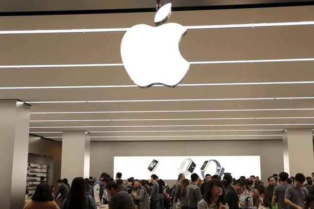 People look at products at an Apple Store at Joy City department store in Tianjin, China, October 29, 2015. REUTERS/Paul Carsten
