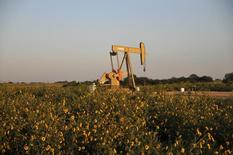 A pump jack operates at a well site near Guthrie, Oklahoma September 2015.    REUTERS/Nick Oxford