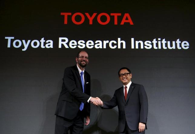 11月6日、トヨタ自動車は、人工知能技術の研究開発を手掛ける新会社を米カリフォルニア州シリコンバレーに設立すると発表した。5年間に約10億ドル(約1200億円)を投資する計画。握手する豊田章男社長(右)と「トヨタ・リサーチ・インスティテュート(TRI)」の最高経営責任者(CEO)に就任するギル・プラット氏。写真は都内で撮影(2015年 ロイター/Yuya Shino)