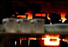La production manufacturière britannique a crû en septembre à son rythme le plus marqué depuis avril 2014, tandis que le déficit commercial a plus diminué que prévu. La production manufacturière a augmenté de 0,8%, tandis que la production industrielle proprement dite a baissé de 0,2%. Le déficit marchand a été de 9,351 milliards de livres en septembre. /Photo d'archives/REUTERS/Darren Staples