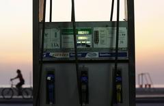 Posto de gasolina em Copacabana. A gasolina subiu 5,27 por cento em outubro, após queda de 0,24 por cento em setembro, influenciando a alta do IGP-DI.      12/01/2015   REUTERS/Ricardo Moraes