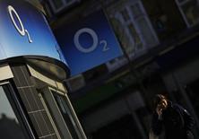La Commission européenne a repoussé vendredi au 18 avril la date-butoir pour sa décision concernant le rachat de l'opérateur mobile britannique O2 par Hutchison Whampoa, le conglomérat de Hong Kong ayant réclamé un délai. /Photo prise le 23 janvier 2015/REUTERS/Darren Staples