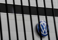 Des ingénieurs de Volkswagen ont admis avoir manipulé les données sur les rejets de dioxyde de carbone des véhicules du constructeur, jugeant trop difficiles à atteindre les objectifs ambitieux fixés par l'ancien patron du groupe Martin Winterkorn, rapporte le journal Bild am Sonntag. /Photo prise le 5 novembre 2015/REUTERS/Marcelo del Pozo