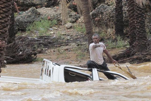 11月8日、今月初めに大型のサイクロンが上陸したばかりのイエメンを再び強い勢力を持つサイクロンが直撃している。写真はソコトラ島の洪水で流された車を引き上げようとする男性。2日撮影(2015年 ロイター/Stringer)