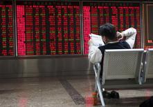 Инвестор в брокерской конторе в Пекине. 29 октября 2015 года. Китайские рынки акций закрылись в плюсе в понедельник после пятничного сообщения регулятора о возобновлении IPO в ближайшие недели. REUTERS/Li Sanxian
