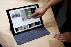 Le nouvel iPad Pro d'Apple sera en vente sur internet à partir de mercredi et en boutiques d'ici la fin de la semaine. Le prix de base de cette tablette à destination d'une clientèle professionnelle est de 799 dollars (741 euros). Il faudra débourser plus de 1.000 dollars pour disposer aussi d'un clavier séparé et d'un stylet. /Photo prise le 9 septembre 2015/REUTERS/Beck Diefenbach