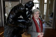 """Diretora do Museu Rodin posa ao lado da escultura """"O Pensador"""" em Paris. 5/11/2015.   REUTERS/Philippe Wojazer"""