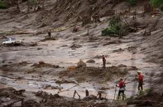 Trabalhadores de resgate procuram vítimas em distrito de Bento Rodrigues, em Mariana.  8/11/2015.  REUTERS/Ricardo Moraes