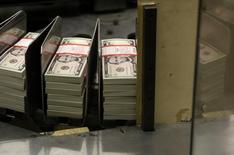 Billetes de cinco dólares almacenados en la Casa de la Moneda de Estados Unidos en Washington, mar 26, 2015. El dólar cayó el lunes tras tocar un máximo de seis meses y medio luego de la divulgación la semana pasada de un reporte de empleo más fuerte de lo esperado en Estados Unidos.       REUTERS/Gary Cameron