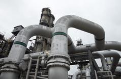 Una refinería en Schwechat, Austria, el 21 de octubre de 2015. Es poco probable que el barril de petróleo vuelva a los 80 dólares antes del final de la próxima década pese a la caída sin precedentes en la inversión, en momentos en que el crecimiento de la demanda anual lucha por superar el rango de un millón de barriles por día, dijo el martes la Agencia Internacional de Energía (AIE). REUTERS/Heinz-Peter Bader