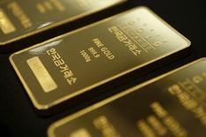 Barras de un kilo de oro a la muestra en Seúl, 31 de julio de 2015. El oro se ubicaba el miércoles nuevamente cerca de un mínimo de tres meses, sin lograr beneficiarse de un dólar más bajo, porque persiste la presión ligada a un posible aumento de las tasas de interés en Estados Unidos el mes que viene. REUTERS/Kim Hong-Ji