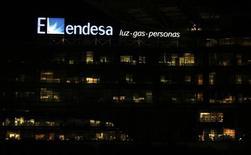 El logo de Endesa en su sede en Madrid el 24 de febrero de 2015. La recuperación económica y una ola de calor en España ayudaron a la eléctrica Endesa a asegurar sus objetivos de beneficios anuales, que podrían revisarse al alza en la presentación de la estrategia de la compañía prevista para el 23 de noviembre. REUTERS/Sergio Pérez
