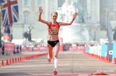 Corredora de longa distância russa Liliya Shobukhova na linha de chegada da Maratona de Londres.  17/04/2011   REUTERS/Paul Hackett
