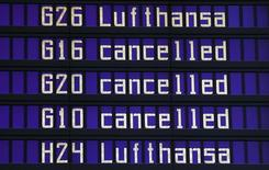 Painel indicando voos cancelados da Lufthansa no aeroporto internacional de Munique, Alemanha.     09/11/2015  REUTERS/Michael Dalder