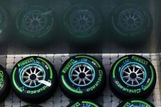 Pirelli, le numéro cinq mondial du pneu, a réduit mercredi ses prévisions de résultats pour 2015 afin de refléter la détérioration de la demande dans les marchés émergents, Russie et Brésil en tête. /Photo d'archives/REUTERS