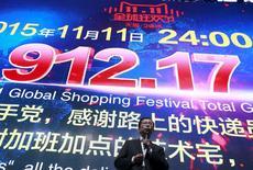 """Le PDG d'Alibaba, Daniel Zhang, devant l'écran totalisant le montant des ventes de la """"Fête des célibataires"""", qui ont augmenté de 60% par rapport à l'an dernier. /Photo prise le 11 novembre 2015/REUTERS/Kim Kyung-Hoon"""