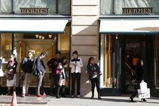 Hermès a légèrement ralenti la cadence au troisième trimestre dans un contexte difficile pour le luxe, tout en signant une nouvelle fois une des meilleures performances du secteur. /Photo prise le 23 septembre 2015/REUTERS/Charles Platiau