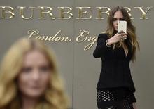 Британская модель Кара Делевинь делает селфи во время показа коллекции Burberry Spring/Summer 2016 на Неделе моды в Лондоне. 21 сентября 2015 года. Британский ритейлер одежды и аксессуаров премиум-класса Burberry в четверг сообщил об улучшении продаж в сопоставимых магазинах в третьем квартале в сравнении со вторым, отчитавшись о превысившем ожидания 3-процентном росте прибыли за полугодие. REUTERS/Toby Melville
