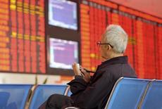 Un inversor frente a un tablero electrónico que muestra información bursátil, en una correduría en Fuyang, China, 8 de octubre de 2015. Las acciones chinas cerraron con una baja el jueves debido a que los valores del sector financiero lastraron al mercado después de un repunte de un 14 por ciento desde el 3 de noviembre hasta principios de esta semana. REUTERS/Stringer